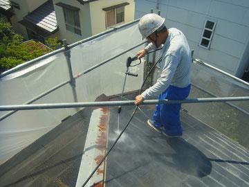 コロニアル屋根の塗り替え前に高圧洗浄で洗います。