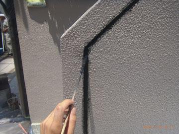 外壁の目地塗装状況。 目地はブラックで塗装しました。