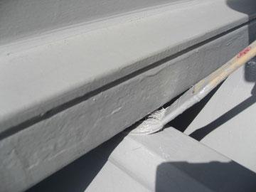 金属屋根の錆止め塗装を刷毛で塗っています。