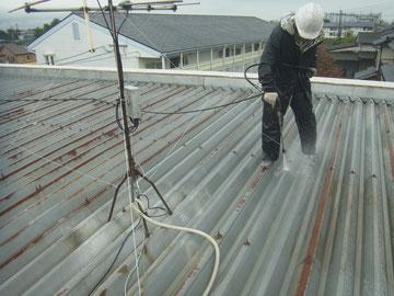 金属屋根の高圧洗浄。