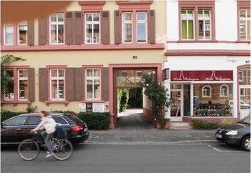 Zum Coachingzentrum Heidelberg: durch den Torbogen in den begrünten Innenhof