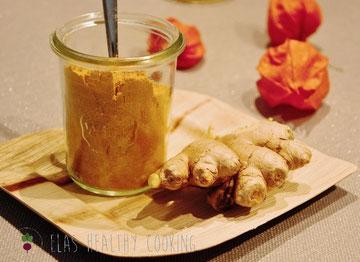 Fertigpulver für Goldene Milch im Glas, dekoriert mit Ingwer