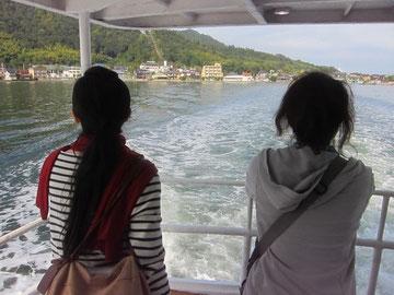 去来する様々な想いを胸に秘めつつ、宮津湾を船で行く…