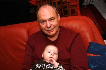 Paul mit Opa, 3 Monate alt