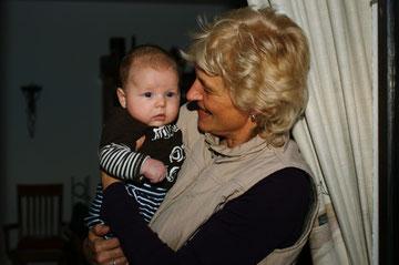 """Paul mit """"Oma"""" Ulli, 3 Monate alt"""