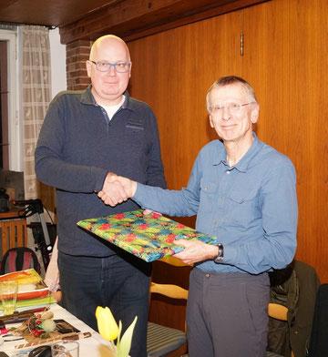Dr. Max Schulz (im Bild rechts) war beinahe 42 Jahre im Vorstand aktiv. Er trat ab 1998 die Nachfolge von Heini Rumetsch an und wurde bei der JHV 2019 aus dem Vorstand verabschiedet. Er unterstützt die NABU Gruppe weiterhin tatkräftig.