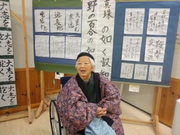 村民文化展にて。後ろの作品は利用者様が書かれた作品です。素晴らしい!