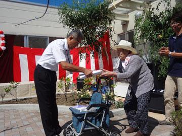 余興の後は米寿を迎えられた利用者様方への記念品贈呈です。