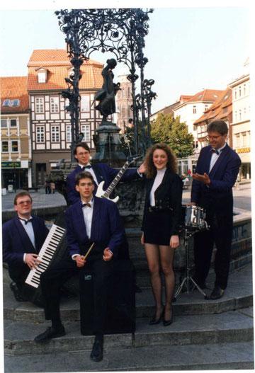 Combo Con Brio, 1992 vor dem Göttinger Gänseliesel; (v.l.): Erwin Oppermann, Marc Wallert, Olaf Lesemann, Kathrin Plesse, Bernd Nawothnig