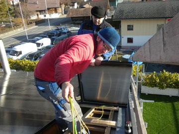 Unsere Monteure bei der Montage der PV-Module