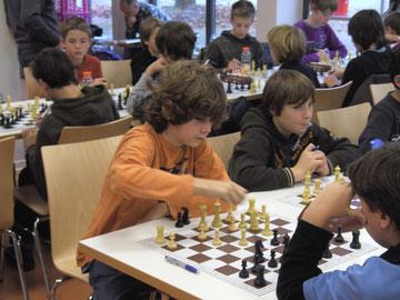 Jokob und Leon nutzen auch die Pause für´s Schachspielen.
