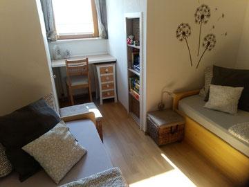 kleines Schlafzimmer mit zwei Einzelbetten 90x200 cm