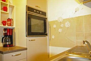 offene Küche linke Seite mit Backofen und Kühlschrank