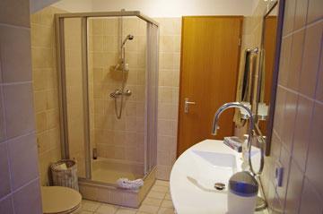 Bad mit Handtücher, Fön, festgemauerte Eckeinsteigdusche