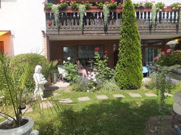 Überdachte, große Südterrasse mit direkten Blick in den Garten.