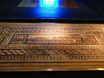 Frühchristliche Sarkophagplatte (eines Bischofs?) mit eingelegten Mosaikverzierungen und Inschrift