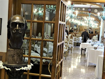 """Das """"Traditionslokal"""", in dem Dr. Bosch mit Dalí und später mit Michael speiste, wobei er ihm die Geheimnisse des """"Kästchens"""" enthüllte. Links: die Büste des Malers."""