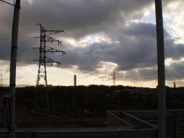 夕方の屋上。西の空が明るくなってきました。明日は晴れるでしょうか