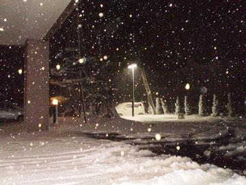 到着時の施設前。猛吹雪の中、帰ります (画像をクリックして拡大)