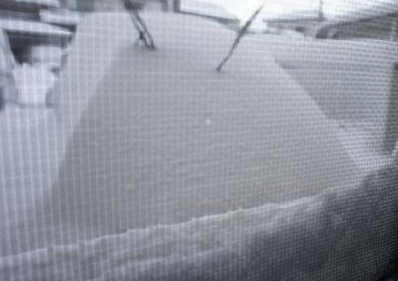 朝、起きたら車が雪に埋まっていました