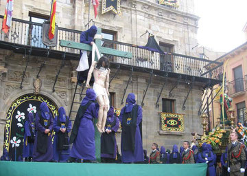 (Imagen de archivo de El Desenclavo en la plaza Mayor durante la procesión del Santo Entierro)