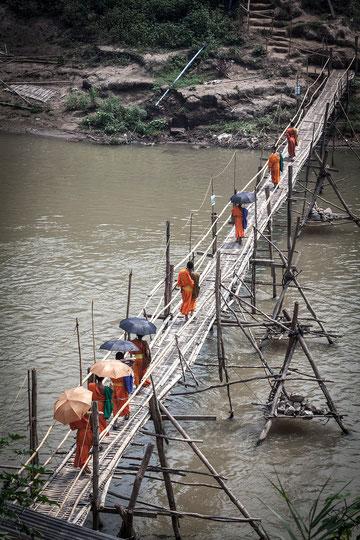 Puente de bambú para cruzar el río Nam Khane.