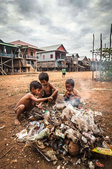 La realidad no es tan dura como esta fotografía, los niños rebuscan en la basura a modo de juego y no por necesidad, tienen muchas carencias sí, pero no hay hambruna y su aspecto en la mayoría de los casos es bastante saludable.