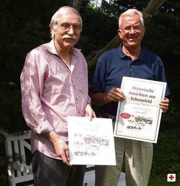"""Präsentieren einen Bildkalender mit ,,Historische Ansichten aus Schenefeld"""": Dr. Karsten Nühs (re.) und Bernd Reichert. Foto: Werlich"""