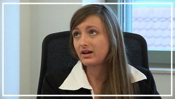 Szene aus dem Trainingsvideo zum Nein sagen durch Prioritäten setzen: Die Sekretärin stellt eine Aufgabe zurück, die der Chef als dringend einstuft und stimmt neue Prioritäten mit ihm ab.