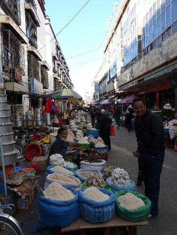 Une rue marchande de Lhassa