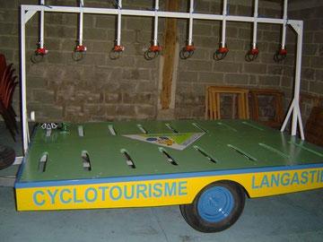Remorque équipée pour transporter 8 vélos; remorque imaginée et fabriquée par l' ancien président René Raulet  ;