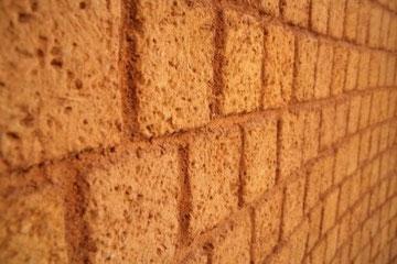 館内の赤茶色の壁は、日干しレンガでできている。