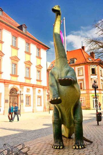 Saurier vor dem Urweltmuseum