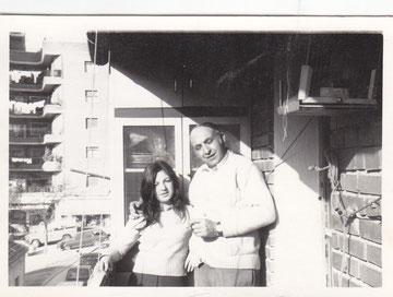 Encarna y su padre en la terraza de su casa 1970