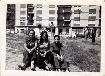 Encarna Fernandez con amigas en laCalle Polvoranca 1970. Antes de que se construyese la zona de Mayesi
