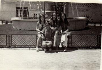 Encarna Fernandez con unas amigas en la Plaza de las Fraguas años 70