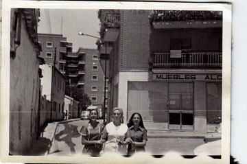 Amigas de Encarna Fernandez en la calle Clavel. Años 70