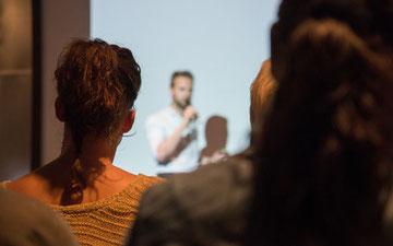 Zuhörerinnen bei einem Vortrag