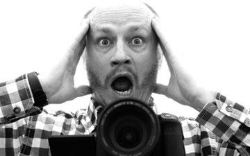 Verstörter Mann hinter einer Kamera