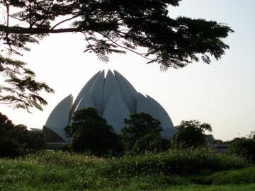 Im Südosten Dehlis, in Chiragh, liegt der BAHA´I Tempel, wegen seiner charakt. Form auch Lotustempel oder Lotus of Bahapur genannt.