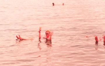 """""""Schwimmen"""" im Toten Meer"""