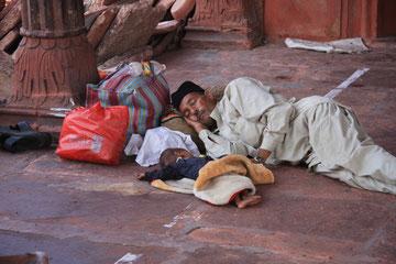 ..... andere schlafen auf der Straße...