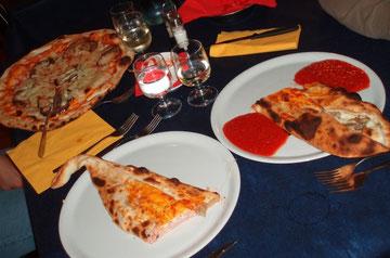 Bei riesigen Pizzen und gutem Wein lassen wir den Tag ausklingen
