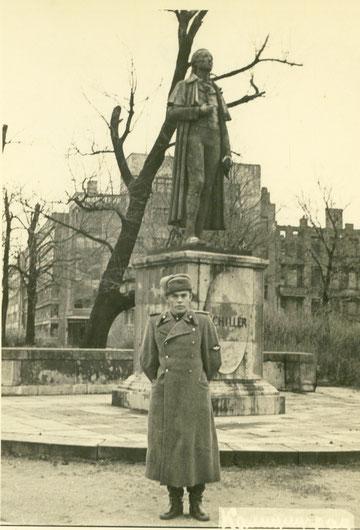1949 г памятник Шиллеру за ним здание Прусского  Гос. архива.
