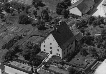 Das Pfarrhaus - umgeben von ausgedehnten Gärten (ca. 1960)
