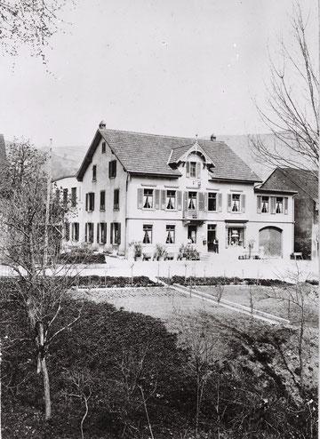 """Das 1900 erbaute Gasthaus Krone. Rechts des Eingangs das Schaufenster der """"Bäckerei und Mehlhandlung"""".  (Foto vor 1908)"""