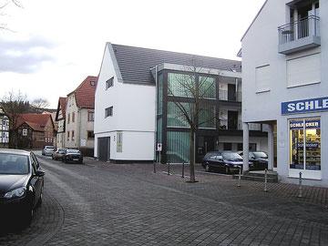 Heute steht am Platz der abgerissenen Häuser der Neubau Nr. 5 mit der Arztpraxis Raschkewitz im Erdgeschoss und angrenzenden Parkplätzen.