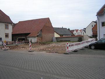 Die Häuser Schlossstraße 3 (früher Friseur Schmidt, davor Haushaltswaren Levi) und 5 (früher Bäckerei Becker) wurden 2010 abgerissen.