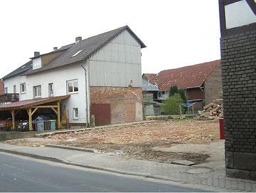 Das Fachwerkhaus in der Obersten Straße links neben der Scheune von Landwirt Roos (eine frühere Ansicht steht momentan nicht zur Verfügung) wurde 2010 abgerissen.