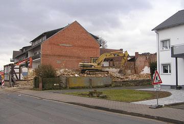 Während des Abrisses im März 2012 - Wie könnte es auch anders sein: Parkplätze sollen entstehen.